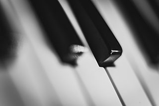 piano keyboard focused on D, Eb and E