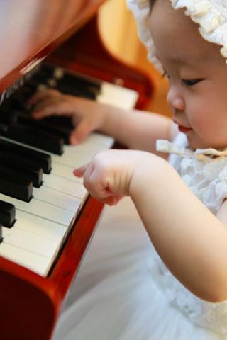 baby-girl-piano
